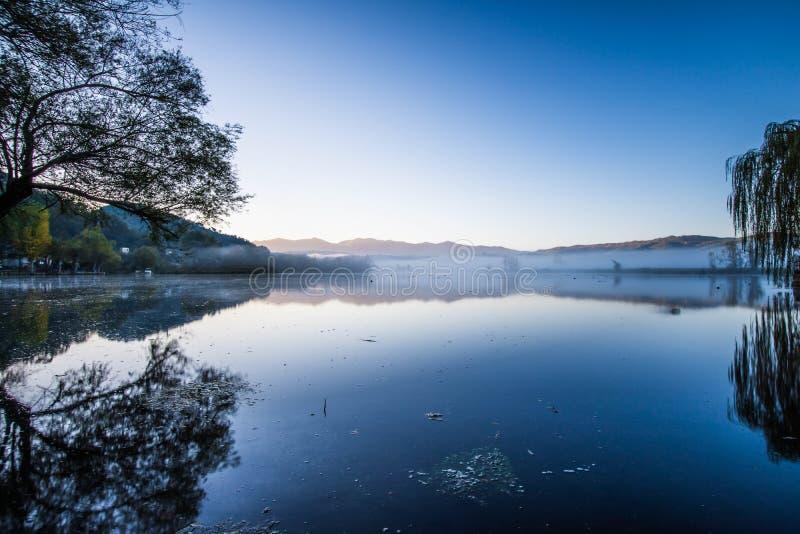 Lago di Posta Fibreno in un'alba nebbiosa, Ciociaria, Italia fotografia stock