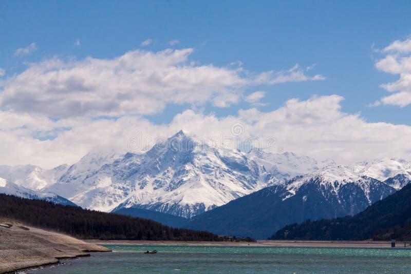 Lago Di Resia framme av den Ortles glaciären, Italien, royaltyfri bild