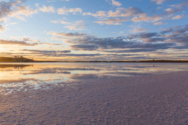 Lago di sale rosa australiano Crossbie al tramonto fotografia stock