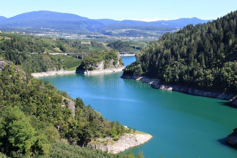 Lago di Santa Giustina nas dolomites italianas foto de stock royalty free