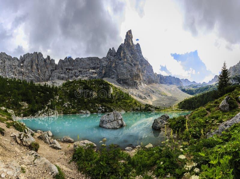 Lago Di Sorapiss met verbazende turkooise kleur van water Mou stock afbeelding