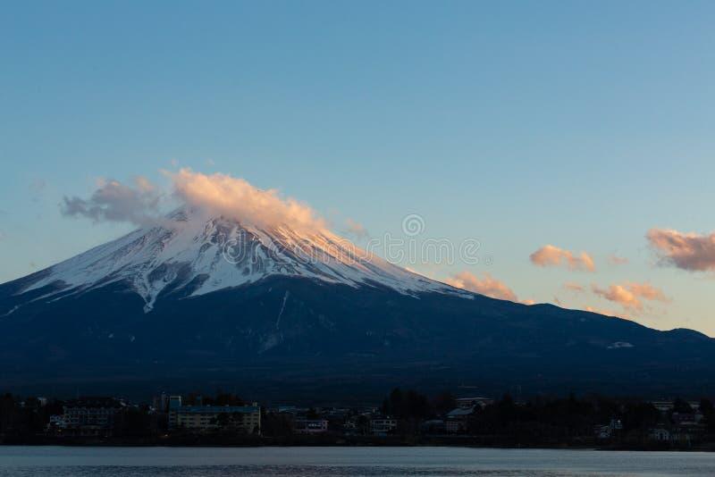 Lago di stupore Mt Fuji Kawaguchiko, paesaggio del Giappone nel tempo di giorno di tramonto nel concetto del fondo del cielo blu  fotografia stock libera da diritti