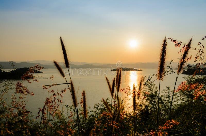 Lago di vista dell'angolo alto bello al tramonto fotografie stock