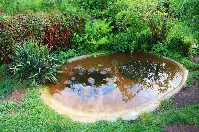 Lago do concreto do jardim imagem de stock royalty free