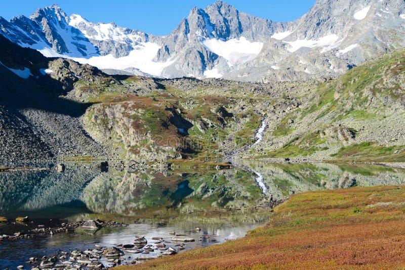Lago do espelho da montanha na opinião cênico das cores do outono Queda nas montanhas de Altai, R?ssia imagem de stock