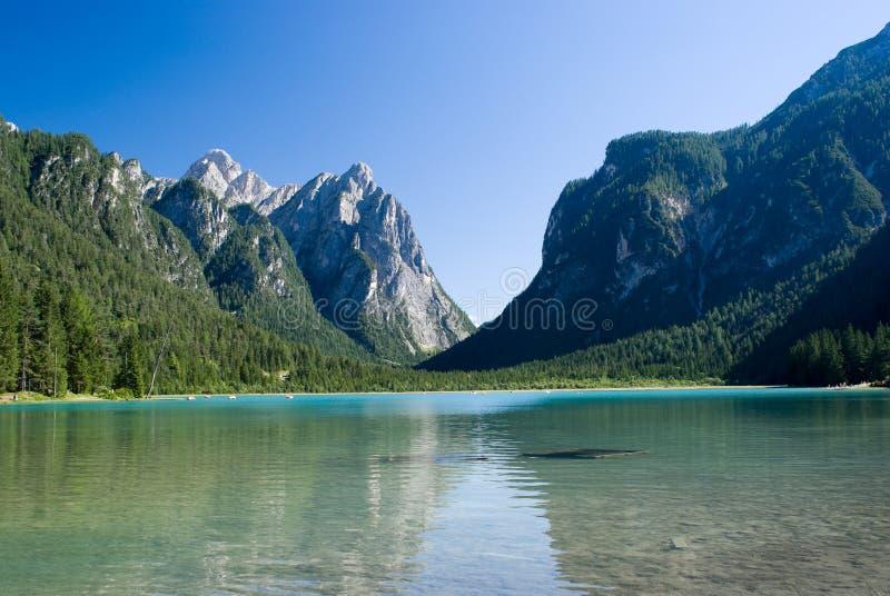 Lago Dobbiaco, Italia, Tirolo, alpi immagine stock