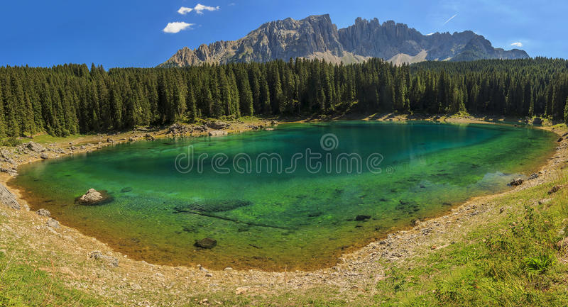 Lago in dolomia, Val Di Fassa, Tirolo del sud, Italia Carezza fotografie stock libere da diritti