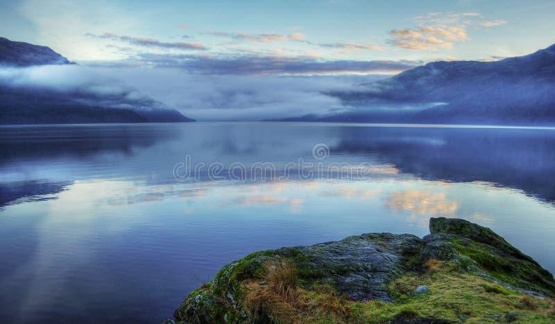 Lago dopo il tramonto, Scozia loch Lomond fotografia stock libera da diritti