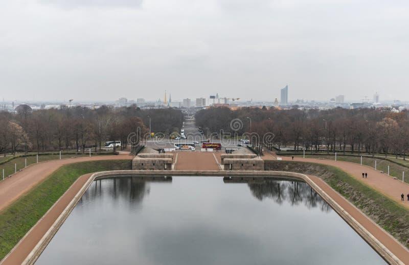 Lago dos rasgos na frente do monumento à batalha das nações em Leipzig, Alemanha fotos de stock royalty free