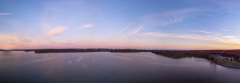 Lago durante l'alba immagini stock