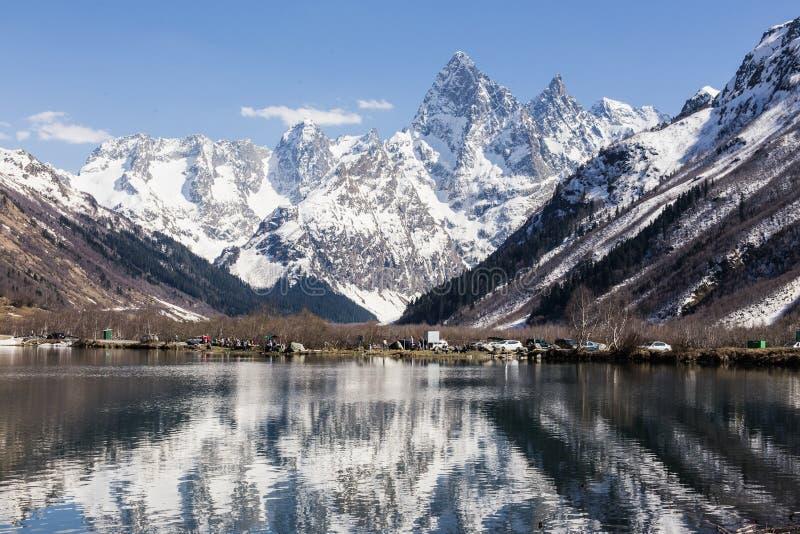 Lago e alte montagne in bel tempo, viaggiante e facente un'escursione fotografie stock libere da diritti
