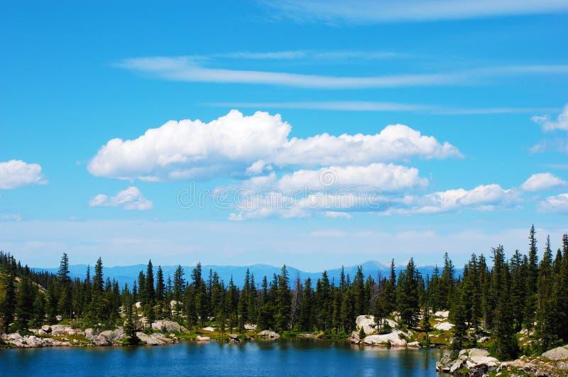 Lago e céu mountain foto de stock royalty free