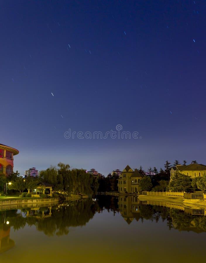 Lago e céu noturno imagens de stock royalty free