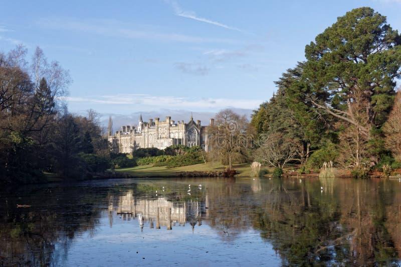 Lago e casa ingleses imagem de stock