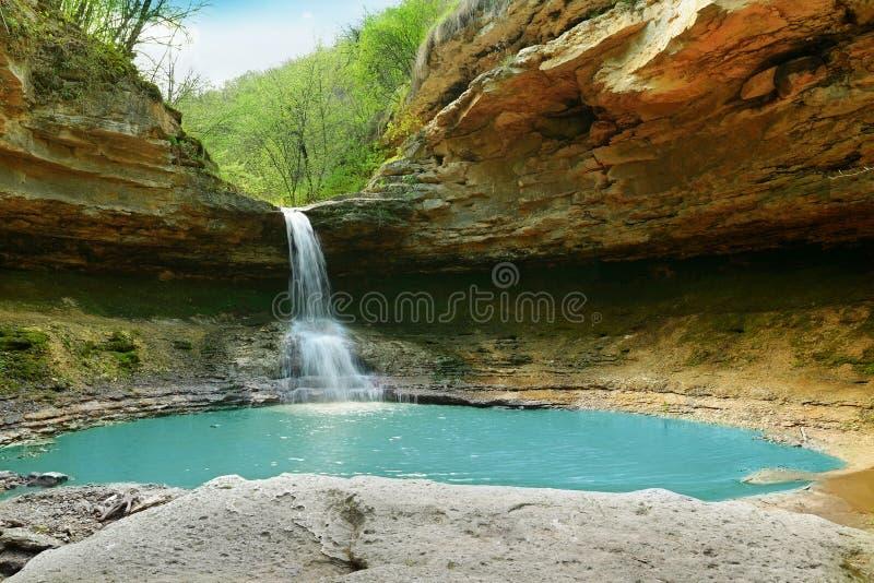 Lago e cascata fotografia stock