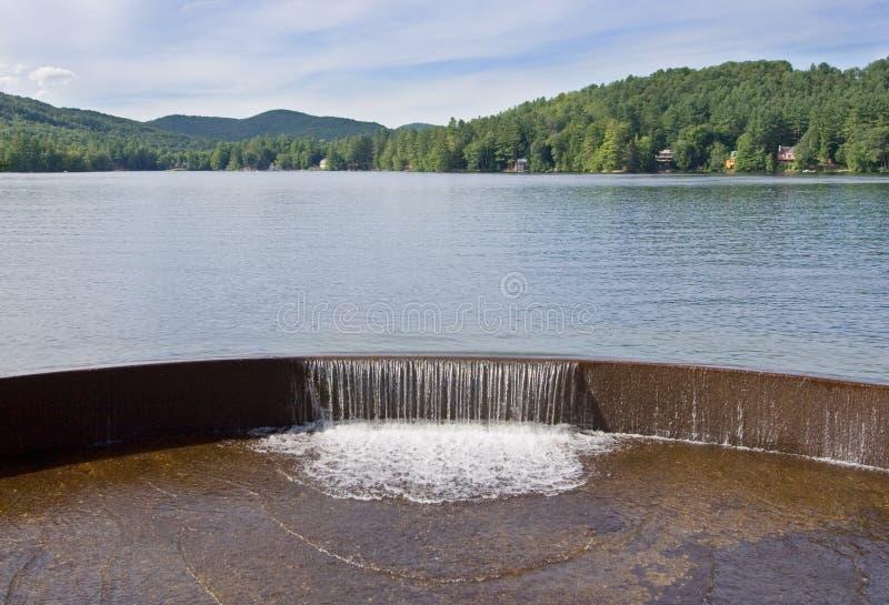 Lago e cascata immagine stock