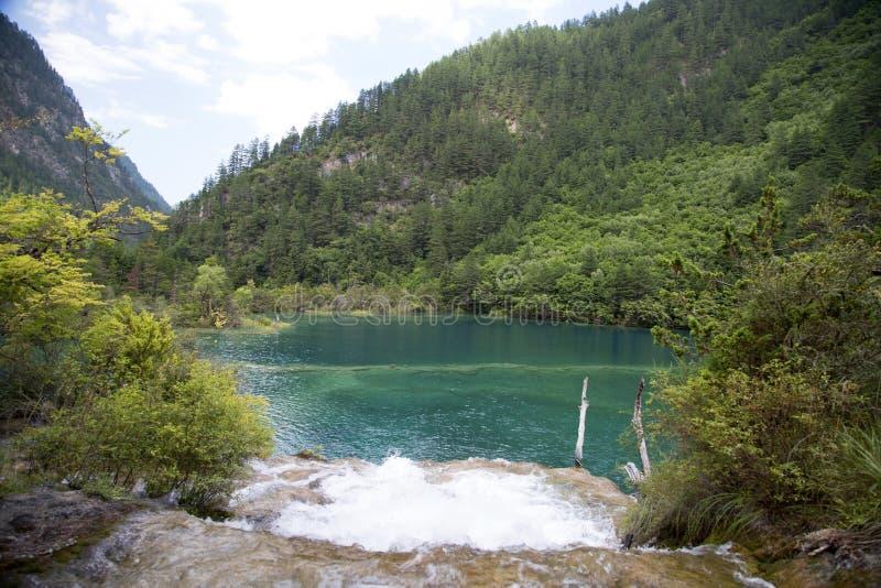 Lago e cascata mountain fotografia stock