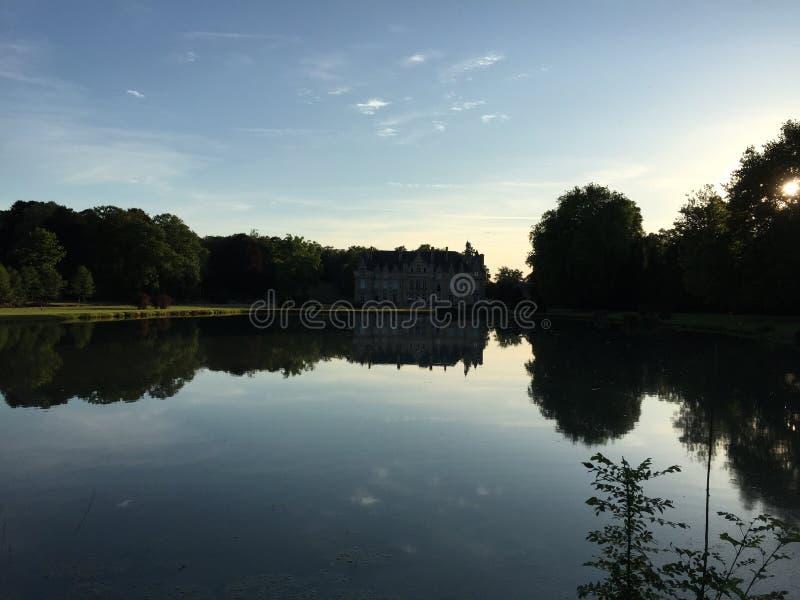 Lago e castelo imagens de stock