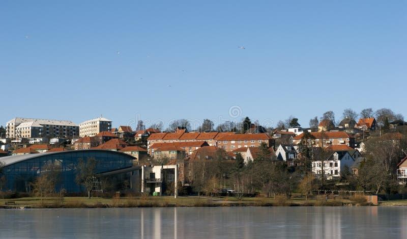 Lago e cidade imagens de stock