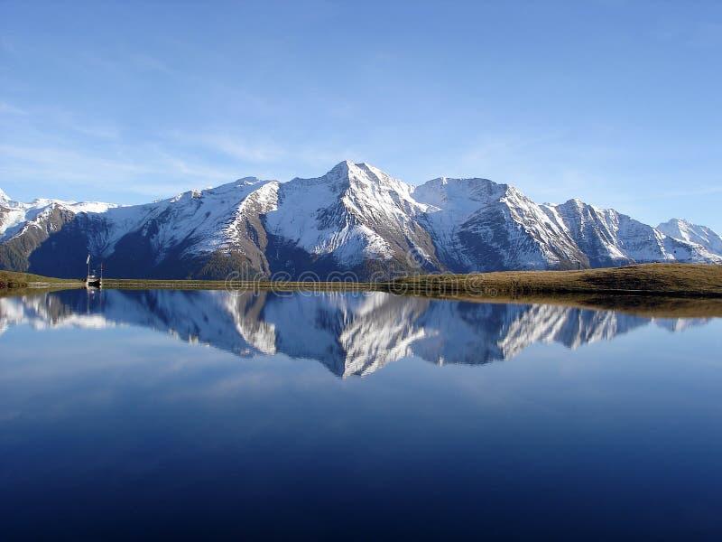 Lago e cielo blu immagine stock libera da diritti