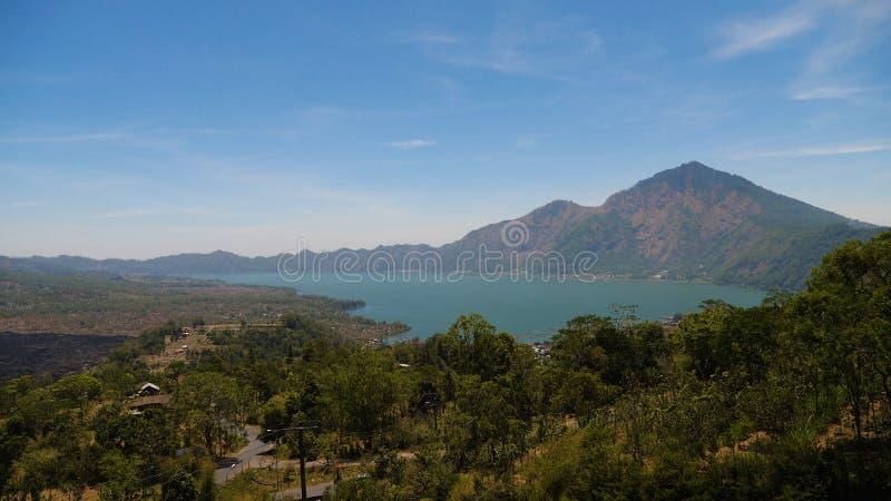 Lago e cielo del paesaggio della montagna fotografie stock