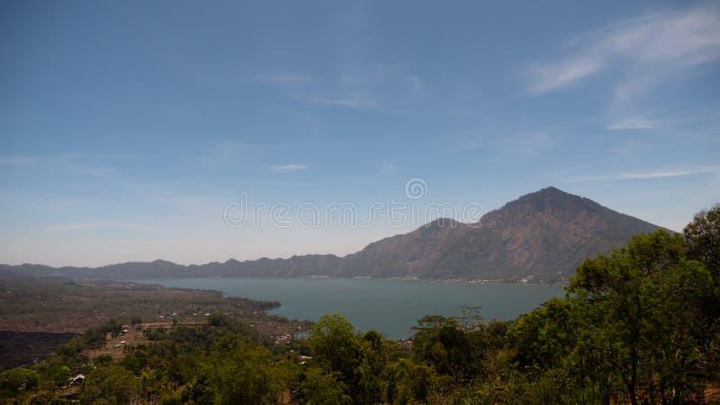 Lago e cielo del paesaggio della montagna fotografia stock libera da diritti