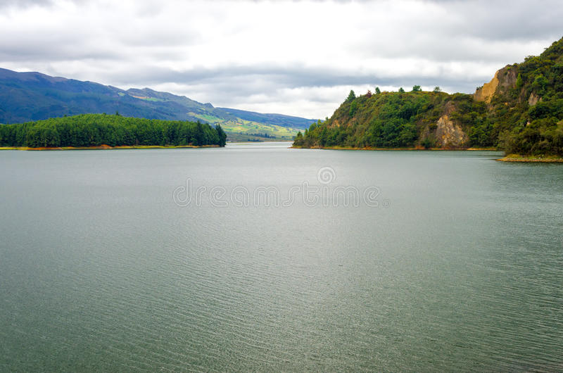 Lago e colline verdi fertili immagini stock libere da diritti