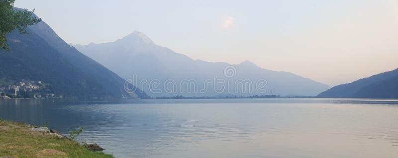 Lago e cumes no crep?sculo fotografia de stock