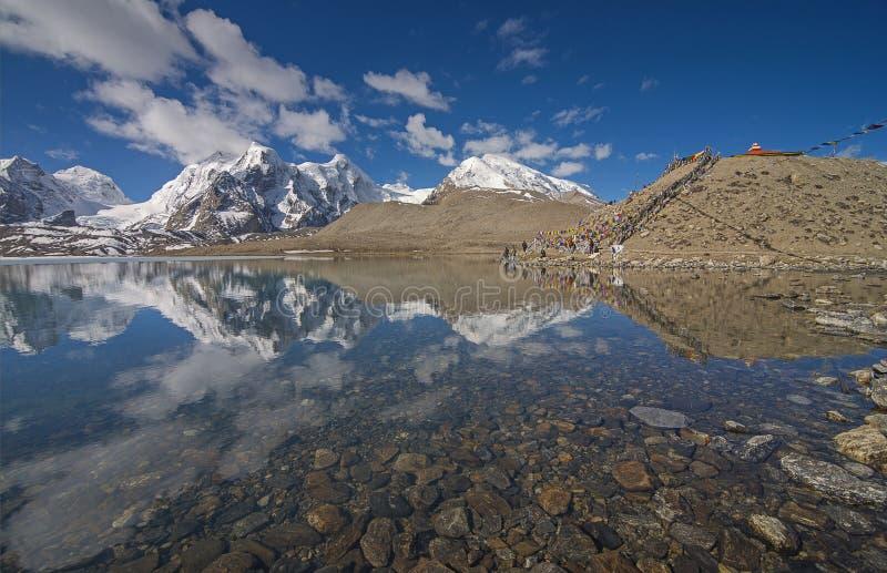 Lago e Himalayas Gurudongmar perto de Lachen, Sikkim, ?ndia foto de stock royalty free