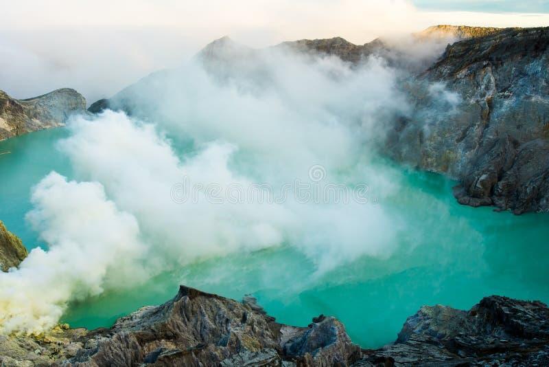 Lago e mina do enxofre em Khawa Ijen Volcano Crater, Java Island, Indonésia fotografia de stock