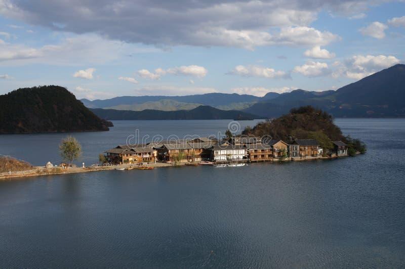 Lago e montagne fotografie stock