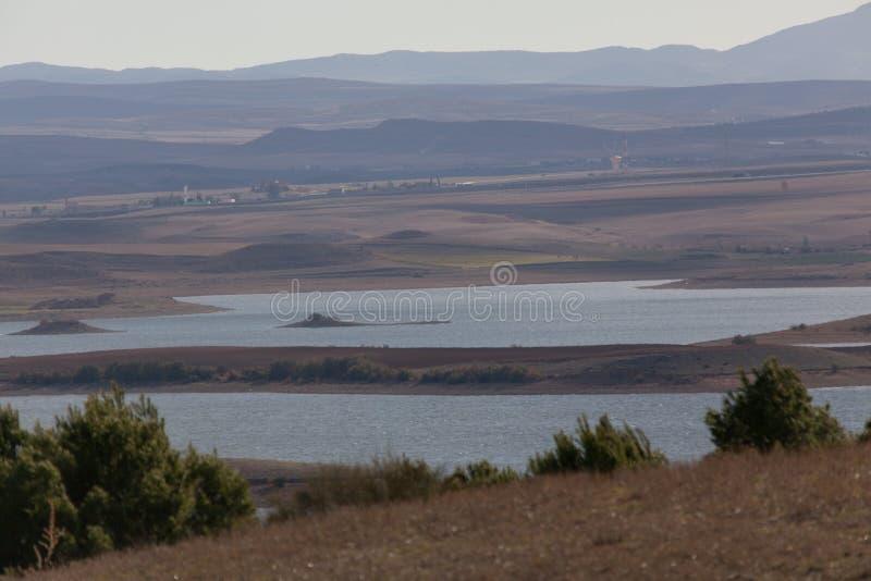 Lago e montagne nell'area di Setif immagini stock libere da diritti