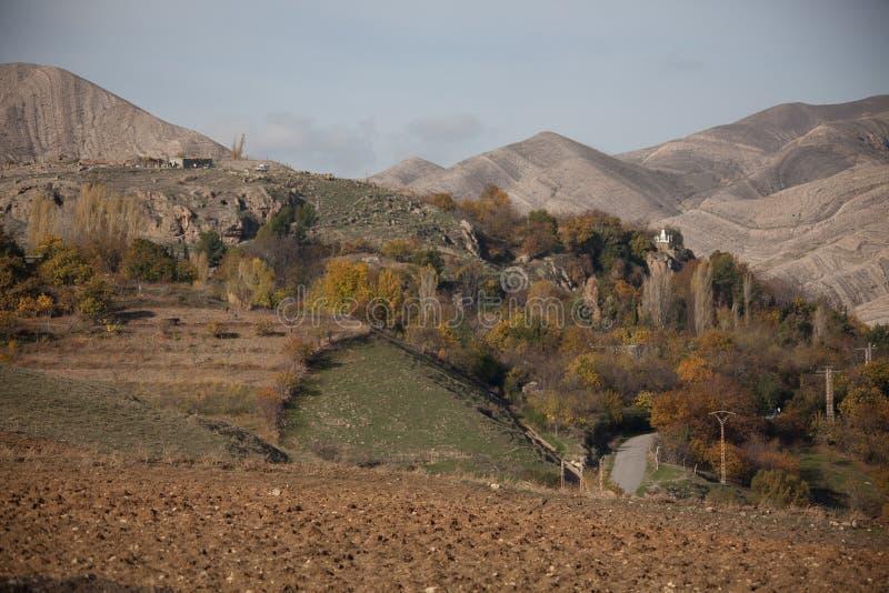 Lago e montagne nell'area di Setif fotografia stock
