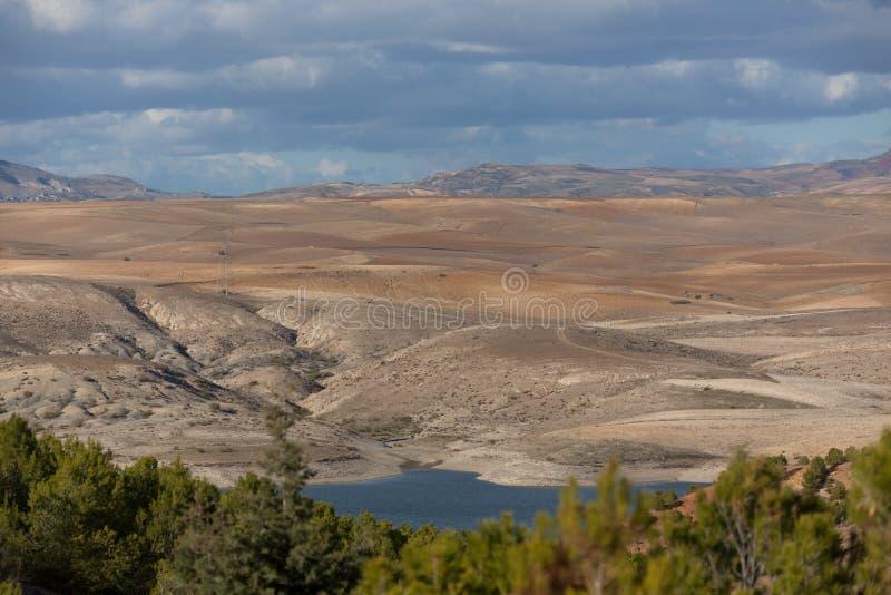 Lago e montagne nell'area di Setif fotografia stock libera da diritti