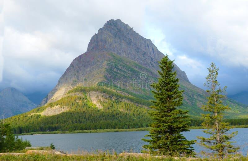 Lago e montanha Pristine no parque nacional de geleira fotos de stock