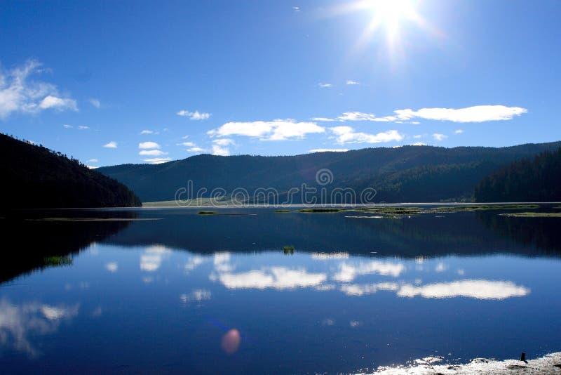 Lago e montanhas azuis foto de stock royalty free