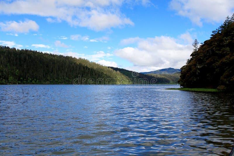 Lago e montanhas azuis foto de stock