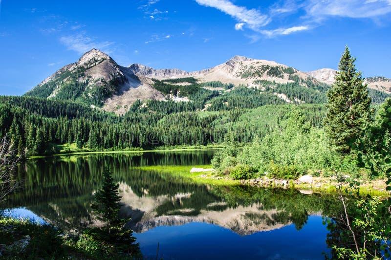 Lago e montanhas colorado imagem de stock