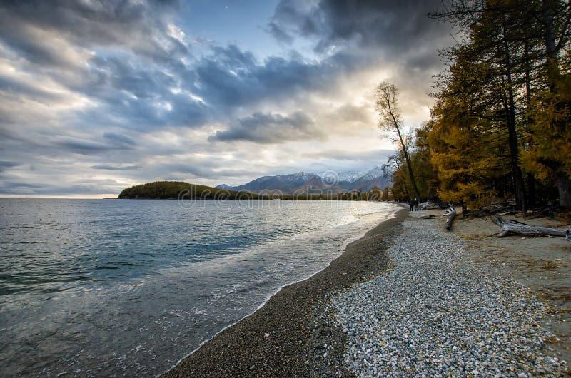 Lago e montanhas de Sibéria fotos de stock