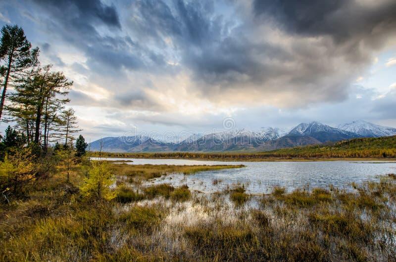 Lago e montanhas de Sibéria imagens de stock