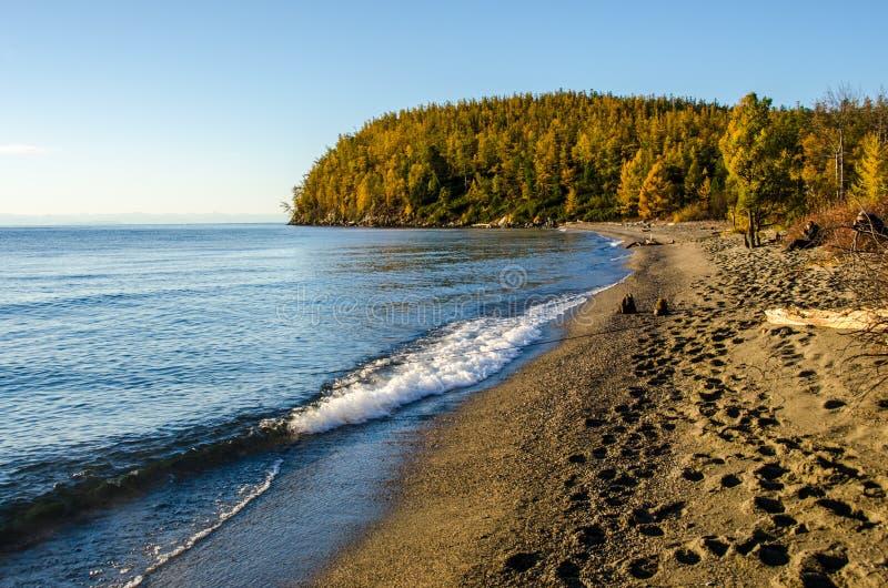 Lago e montanhas de Sibéria imagem de stock royalty free