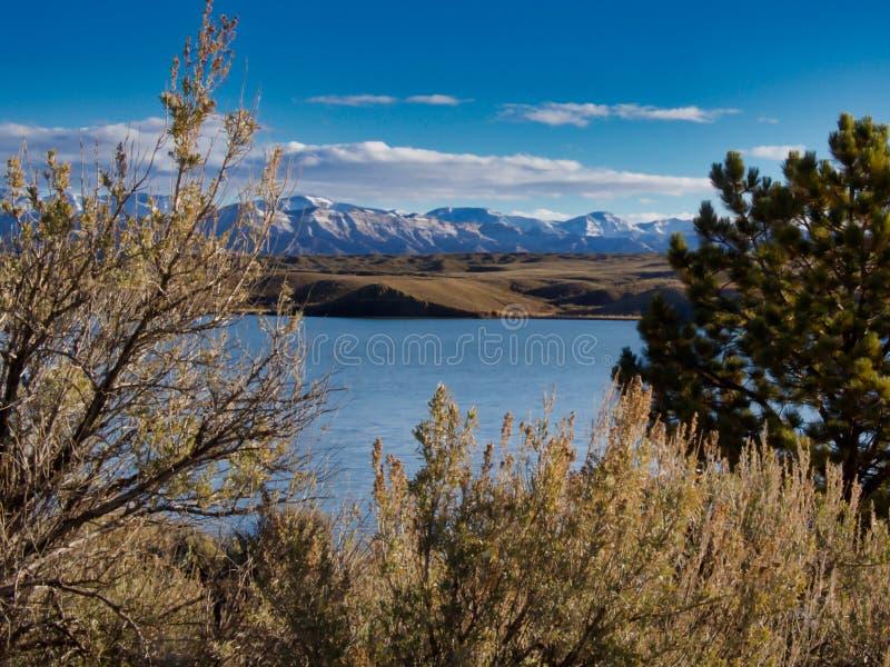 Lago e montanhas em dezembro primeiramente fotos de stock royalty free