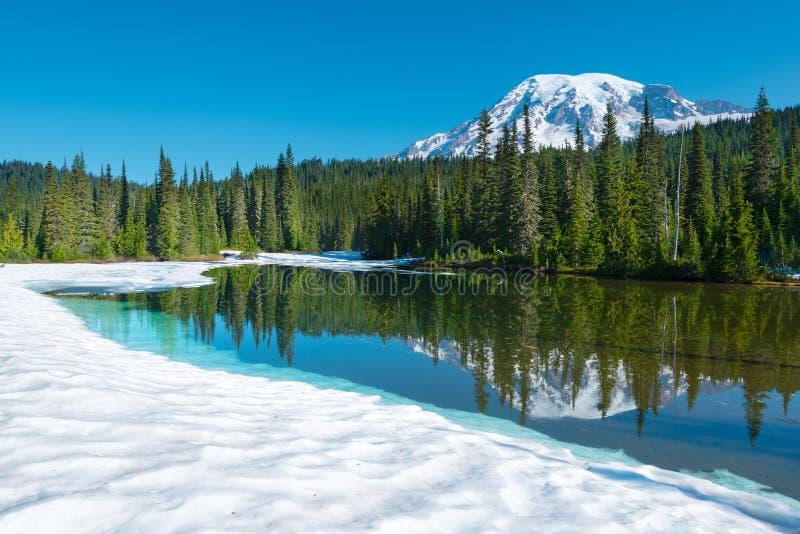 Lago e Monte Rainier reflection na montagem Rainier National Park foto de stock