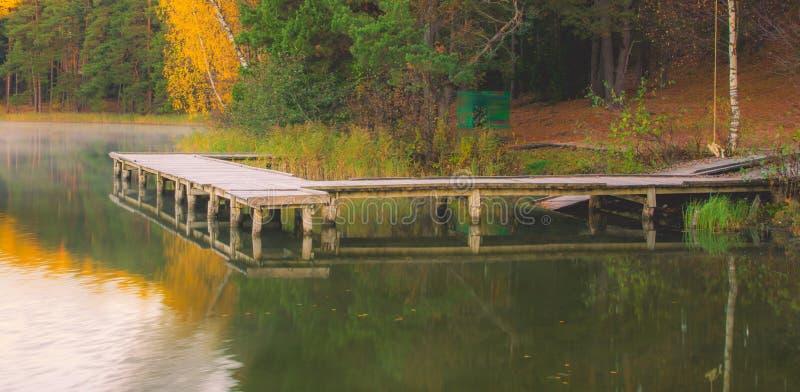 Lago e ponte de madeira imagens de stock