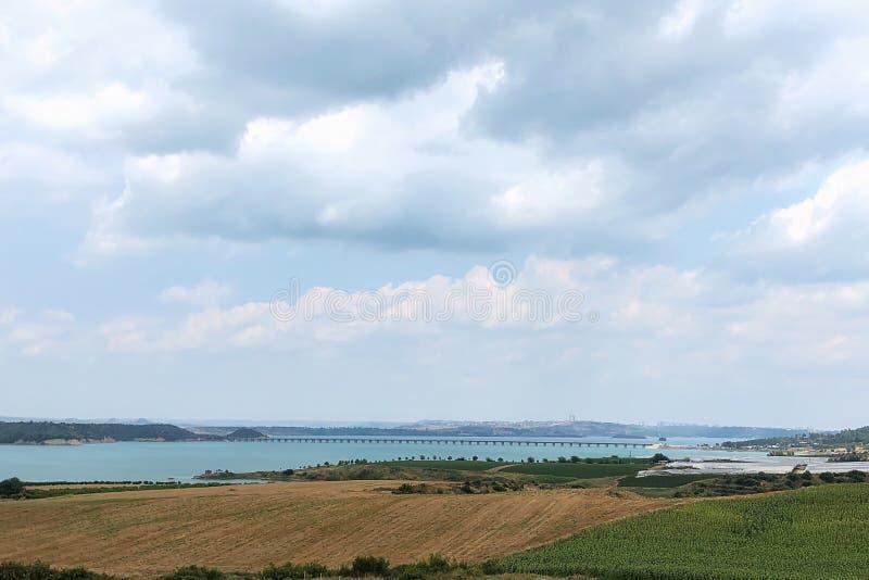 Lago e ponte della diga dell'Adana fotografie stock libere da diritti