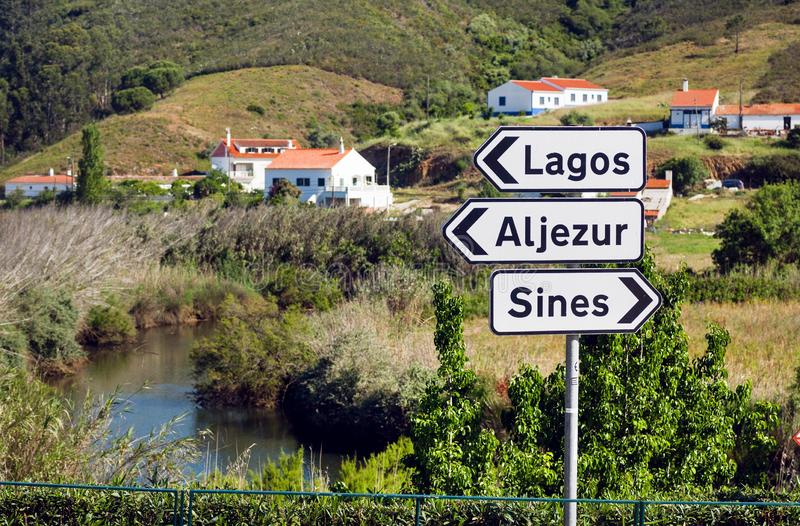Lago e sinal de estrada rural perto das cidades Lagos, senos e do Aljezur fotografia de stock royalty free