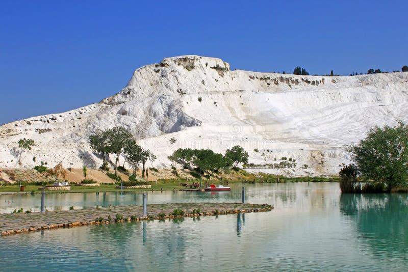 Lago e terraços calcificados da pedra calcária no fundo, Pamukkale fotos de stock royalty free