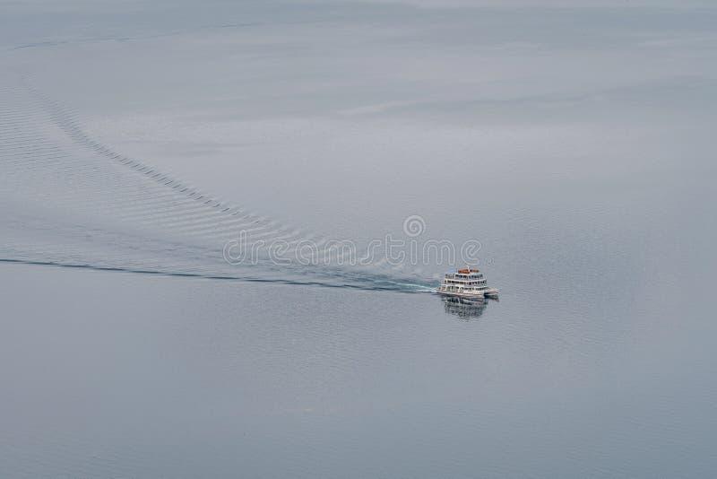 Lago e vista Towada que veem o barco cruzar durante a estação do outono foto de stock royalty free