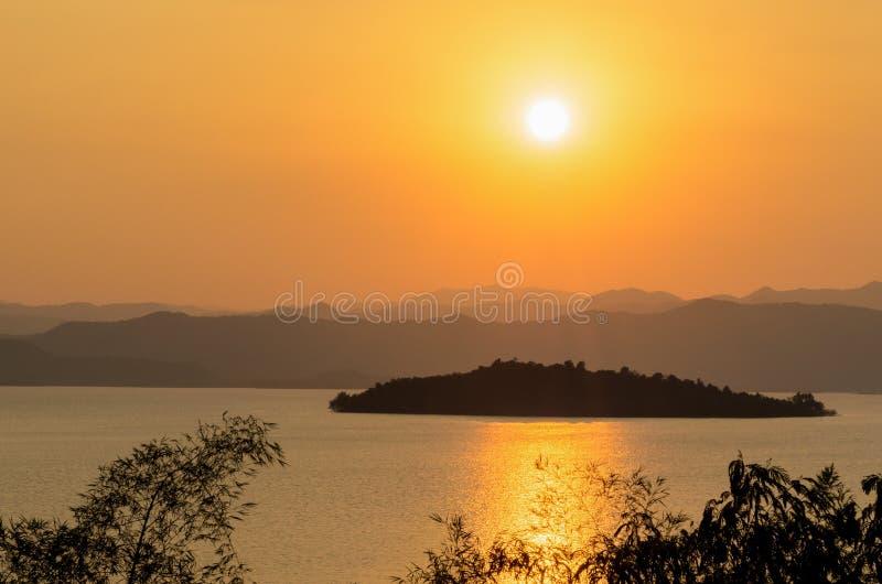 Lago ed isola di vista dell'angolo alto bei al tramonto fotografia stock