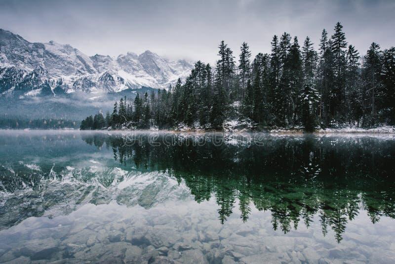 Lago Eibsee em toda sua glória fotos de stock